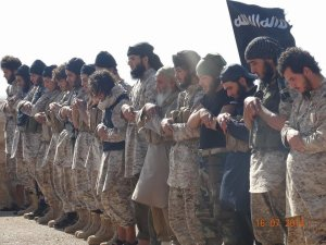 IS fighters praying, Photo: the gatewaypundit.com