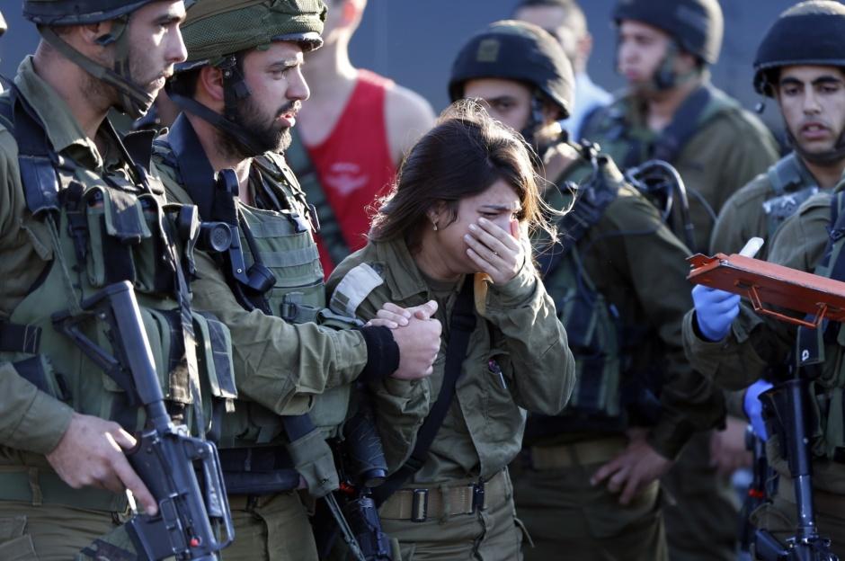 26nov2015---soldado-israelense-chora-ao-presenciar-a-morte-de-um-colega-por-um-palestino-que-depois-foi-morto-a-tiros-o-palestino-teria-tentado-esfaquear-dois-guardas-matando-um-deles-e-depois-sendo-1448540951987_1920x1275